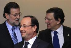 Los líderes europeos acordaron el viernes seguir adelante con más medidas para apuntalar sus finanzas y mantener el impulso para frenar la crisis de deuda, un día después de que lograron un acuerdo sobre supervisión bancaria y aprobaron la ayuda a Grecia. En la imagen, el presidente del Gobierno español, Mariano Rajoy (I), el presidente francés, François Hollande (C), y el presidente de la Comisión Europea, José Manuel Barroso, se preparan para una foto de familia durante la cumbre de la UE en Bruselas, el 13 de diciembre de 21012. REUTERS/Yves Herman