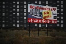 El índice de precios de la vivienda (IPV) bajó un 3,8 por ciento en el tercer trimestre de 2012 a una tasa interanual del -15,2 por ciento, el mayor descenso desde el estallido de la burbuja inmobiliaria en 2007, dijo el viernes el Instituto Nacional de Estadística (INE). En la imagen, un cartel anuncia una oferta de compra de pisos en las afueras de Madrid, el 7 de diciembre de 2012.REUTERS/Susana Vera