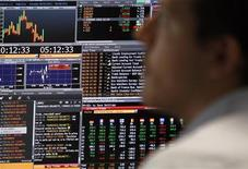 Трейдер банка Intesa Sanpaolo в Милане 8 августа 2011 года. Пока большинство фондов развивающихся рынков увеличивают активы под управлением на фоне предновогоднего бума инвестиций, ориентированные на РФ фонды испытывают оттоки средств уже десятую неделю подряд, следует из отчета EPFR Global, на который ссылаются Уралсиб Капитал и Ренессанс Капитал. REUTERS/Stefano Rellandini