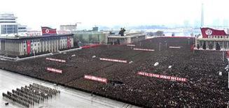 """Cuando Kim Jong-un conmemore un año al frente de Corea del Norte la próxima semana, será capaz de declarar que cumplió con el sueño desde hace mucho tiempo de su país de convertirse en una """"potencia espacial"""". En la imagen, norcoreanos asisten a un desfile para celebrar el exitoso lanzamiento del cohete Unha-3, que transportaba la segunda versión del satélite Kwangmyongsong-3, en la plaza Kim Il Sung, en Pyongyang, el 14 de diciembre de 2012 en esta foto de archivo difundida por la agencia de noticias norcoreana KCNA el viernes. REUTERS/KCNA"""