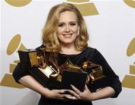 """Cantora Adele segura seus seis Grammy, na cerimônia de premiação em Los Angeles, Califórnia. Adele conseguiu mais um marco na carreira: seu álbum vencedor do Grammy """"21"""" foi o disco mais vendido de 2012 no iTunes dos EUA. 12/02/2012 REUTERS/Lucy Nicholson"""