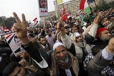 Los partidarios del presidente egipcio, Mohamed Mursi, se manifestaban el viernes con banderas y cánticos, antes de un referéndum decisivo sobre una nueva Constitución que el líder islámico espera que ponga fin a semanas de crisis política y enfrentamientos en las calles. En la imagen, seguidores del presidente egipcio Mursi y miembros de los Hermanos Musulmanes cantan eslóganos pro-Mursi durante una manifestación en la plaza de la Mezquieta Rabaa El Adaweya, en El Cairo, el 14 de diciembre de 2012. REUTERS/Amr Abdallah Dalsh