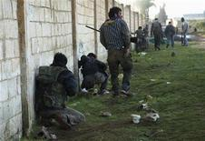 Free Syrian Army fighters take up positions in Aleppo's al-Amereya district December 12, 2012. Picture taken December 12, 2012. REUTERS/Saleh Anadani