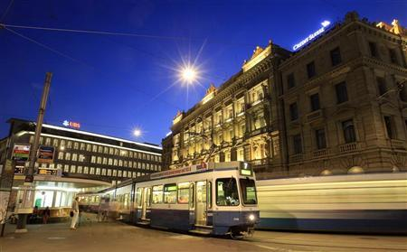 Trams drive past the offices of Swiss banks UBS (L) and Credit Suisse at Paradeplatz square in Zurich August 10, 2012. REUTERS/Arnd Wiegmann