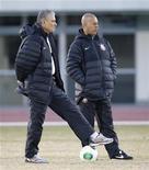 Técnico do Corinthians Tite olha para jogadores durante treino para o Mundial de Clubes em Yokohama, no Japão. 14/12/2012 REUTERS/Kim Kyung-Hoon