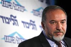 O ministro das Relações Exteriores de Israel, Avigdor Lieberman, em coletiva de imprensa para jovens membros de seu partido em Tel Aviv. Lieberman disse nesta sexta-feira que renunciará ao cargo após ser acusado de abuso de confiança, uma decisão que pode ter repercussões na próxima eleição geral. 13/12/2012 REUTERS/Amir Cohen