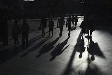 La población española ha experimentado su mayor incremento en una década, al crecer un 14,6 por ciento entre 2001 y 2011 y alcanzar los 46,8 millones de habitantes gracias sobre todo a la llegada de más de tres millones y medio de extranjeros, informó el viernes el Instituto Nacional de Estadística. Imagen de unas personas pasando por el puente del Arenal en Bilbao el pasado mes de juni. REUTERS/Vincent West