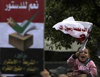 Partidarios y opositores del presidente islamista Mohamed Mursi se enfrentaron el viernes a pedradas en la ciudad egipcia de Alejandría, la víspera de que se abran las urnas para un referendo constitucional que ha dividido a la nación más poblada del mundo árabe. Imagen de simpatizantes de Mursi y miembros de los Hermanos Musulmanes cantando lemas a favor del presidente en un mitin en la plaza de la mezquita Rabaa El Adaweya en El Cairo el 14 de diciembre. REUTERS/Amr Abdallah Dalsh