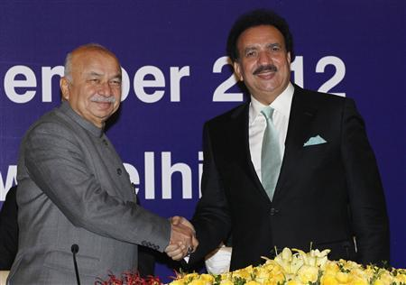 Indian Home Minister Sushil Kumar Shinde (L) shakes hands with Pakistan's Interior Minister Rehman Malik before their bilateral meeting in New Delhi December 14, 2012. Malik visited New Delhi to ratify a new visa agreement easing travel restrictions between India and Pakistan. REUTERS/B Mathur