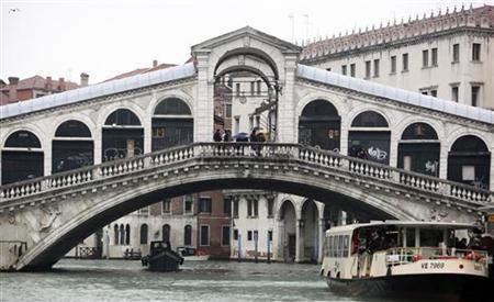 A view of Rialto Bridge in Venice December 14, 2012. REUTERS/Manuel Silvestri