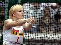 Russia's Athens Olympic games gold medallist Olga Kuzenkova throws during the women's hammer throw final at the Yokohama track and field meet in Yokohama September 23, 2004. REUTERS/TOSHIFUMI KITAMURA/Pool