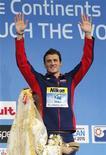 Nadador norte-americano, Ryan Lochte, comemora recorde mundial de 1 min49s63 ao levar a medalha de ouro nos 200 metros medley no campeonato mundial de piscina curta nesta sexta-feira em Istambul. 14/12/2012 REUTERS/Murad Sezer