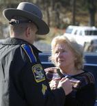Policial fala com mulher em frente à escola primária Sandy Hook após tiroteio em Newtown, nos EUA. Um total de 28 pessoas morreu depois de um tiroteio numa escola no Estado norte-americano do Connecticut e em um local próximo, informou a polícia nesta sexta-feira. 14/12/2012 REUTERS/Michelle McLoughlin