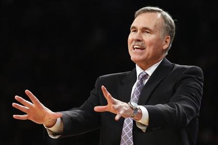 Los Angeles Lakers head coach Mike D'Antoni gestures to players during the fourth quarter of their NBA basketball game against the New York Knicks in New York on December 13, 2012. REUTERS/Adrees Latif