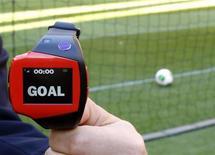 """Tras varias pruebas insatisfactorias de la tecnología de línea de gol en 2005 y 2007, la FIFA prometió el sábado que en el próximo Mundial no habría cabida para los llamados """"goles fantasma"""". En la imagen, un árbitro de la FIFA sostiene el brazalete que se usa con la tecnología de línea de gol del Mundial de Clubes de Japón. REUTERS/Toru Hanai"""