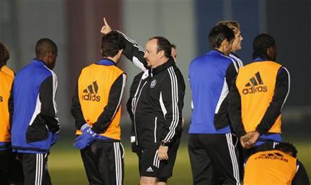 Chelsea's interim coach Rafael Benitez speaks to his players at a training session for their Club World Cup soccer final match against Brazil's Corinthians in Yokohama, south of Tokyo December 15, 2012. REUTERS/Kim Kyung-Hoon