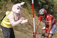 """El equipo De ciclismo Katusha, donde compite el español Joaquim """"Purito"""" Rodríguez, ha apelado ante el Tribunal de Arbitraje Deportivo, (TAS, por sus siglas en francés) la decisión del organismo que dirige el ciclismo de rechazar su solicitud de competir en el World Tour. En la imagen de archivo, un aficionado disfrazado de conejo anima a """"Purito"""" durante una etapa de La Vuelta. REUTERS/Miguel Vidal"""