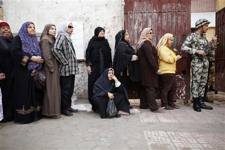 An elderly woman (C) sits as she queues outside a polling center to vote during a referendum on Egypt's new constitution in Cairo December 15, 2012. REUTERS/Khaled Abdullah