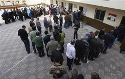 People queue outside a polling centre to vote in a referendum on Egypt's new constitution in Cairo December 15, 2012. Egyptians voted on Saturday in a referendum on a new constitution shaped by Islamist allies of Egypt's President Mohamed Mursi and which his liberal rivals say deepens divisions in the nation. REUTERS/Amr Abdallah Dalsh (EGYPT - Tags: POLITICS ELECTIONS)