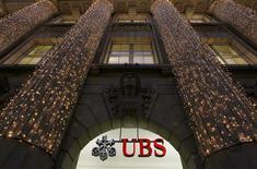 El banco UBS deberá pagar una multa de 1.500 millones de francos suizos (1.240 millones de euros) en una acuerdo para desestimar acusaciones de manipulación de la tasa de interés interbancaria Libor, informó el sábado un diario local. En la imagen, luces navideñas en la sede de UBS en Zúrich, el 4 de diciembre de 2012. REUTERS/Arnd Wiegmann