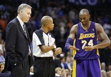 Estos son tiempos inciertos en la tierra de los Lakers. Uno de las grandes franquicias de la NBA está sufriendo y nadie sabe realmente por qué ni cómo arreglarlo. En la imagen de archivo, Bryant (derecha) habla con un árbitro con Mike D'Antoni observando. REUTERS/Bill Waugh