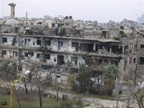 Aviones de guerra sirios bombardeaban el sábado posiciones insurgentes al este de Damasco y una población en el suroeste, según activistas, en una campaña de un mes duración, de momento infructuosa, para desplazar a los rebeldes de los alrededores de la capital. En la imagen, edificios dañados en el distrito Al Bayada de Homs, el 13 de diciembre de 2012. REUTERS/Yazan Homsy