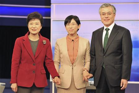 South Korea's presidential candidates Park Geun-hye (L) of the ruling Saenuri Party, Lee Jung-hee (C) of the opposition Unified Progressive Party and Moon Jae-in of the main opposition Democratic United Party pose before their second televised debate in Seoul December 10, 2012. REUTERS/Kim Jae-Hwan/Pool