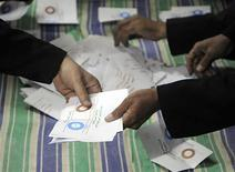 Los egipcios votaron por un estrecho margen a favor de una Constitución diseñada por islamistas a la que se oponen otros grupos que temen que profundice las divisiones, dijeron el domingo responsables en ambos bandos tras la primera ronda de un referéndum en dos fases. En la imagen, un momento del recuento tras el cierre de las urnas en Zagazig, unos 62 km de El Cairo, el 15 de diciembre de 2012. REUTERS/Stringer