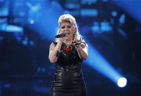 Kelly Clarkson performs a medley of songs at the 40th American Music Awards in Los Angeles, California, November 18, 2012. REUTERS/Danny Moloshok
