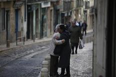 Portugal necesita renegociar su programa de rescate o se arriesga a que sus problemas sociales se salgan de control, dijo un alto economista de Naciones Unidas a un periódico local. En la imagen, dos mujeres se abrazan en una calle del barrio lisboeta de Mouraria, el 3 de diciembre de 2012. REUTERS/Rafael Marchante