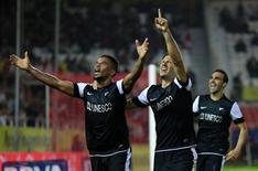 El Málaga afianzó su posición en los puestos de acceso a la Liga de Campeones el sábado con una victoria por 2-0 contra el Sevilla en el Sánchez Pizjuán, logrando encadenar dos victorias en Liga por primera vez desde septiembre. En la imagen, los jugadores del Málaga celebran uno de los goles en el partido contra el Sevilla. REUTERS/Marcelo del Pozo