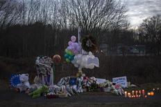 Incluso antes del tiroteo múltiple del viernes en una escuela de primaria en Connecticut, los partidarios del control de armas estaban presionando con fuerza para convencer a los legisladores estadounidenses que su causa largamente olvidada era una victoria política. En la imagen, un memorial en recuerdo a las víctimas en la carretera que lleva a la escuela elemental Sandy Hook en Newtown, Connecticut, el 15 de diciembre de 2012. REUTERS/Adrees Latif