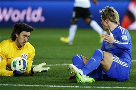 Goalkeeper Cassio of Brazil's Corinthians (L) and Fernando Torres of Britain's Chelsea react after clashing during their FIFA Club World Cup final soccer match in Yokohama, south of Tokyo December 16, 2012. REUTERS/Toru Hanai