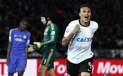 Un gol de Paolo Guerrero en el minuto 69 de la final del Mundial de Clubes, dio el título al Corinthians brasileño, que superó al Chelsea londinense por 1-0 el domingo. En la imagen, Paolo Guerrero celebra el gol de la victoria en la final del Mundialito. REUTERS/Yuya Shino