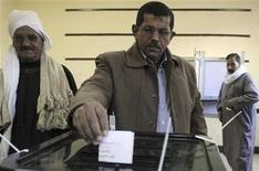 Governo e oposição afirmam que eleitores egípcios endossaram a nova Constituição do país por pequena margem de difença. 15/12/2012 REUTERS/Stringer