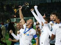 Capitão do Corinthians Alessandro comemora com jogadores da equipe após time vencer Mundial de Clubes no Japão. 16/12/2012 REUTERS/Toru Hanai