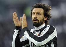 La Juventus amplió el domingo su ventaja el frente de la Serie A con una fácil victoria sobre el Atalanta, que recibió tres goles y se vio con 10 jugadores cuando apenas había transcurrido media hora de juego. En la imagen, Pirlo celebra su gol frente al Atalanta. REUTERS/Giorgio Perottino