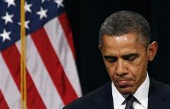 """El presidente de Estados Unidos, Barack Obama, pidió el domingo cambios en la forma en que el país lidia con la violencia armada, aunque evitó el uso de la palabra """"arma"""" al consolar a una ciudad de Connecticut asolada por la masacre de 20 niños. Imagen del 16 de dicimebre de Obama tras hablar en una vigilia celebrada en el instituto Newtown por las familias de las víctimas de la masacre en el colegio Sandy Hook de la localidad de Newtown, en el estado de Connecticut. REUTERS/Kevin Lamarque"""