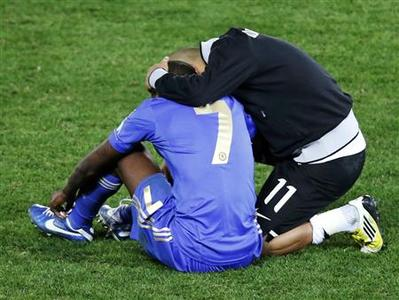 Emerson (R) of Brazil's Corinthians consoles his compatriot Ramires of Britain's Chelsea after their FIFA Club World Cup final soccer match in Yokohama, south of Tokyo December 16, 2012. REUTERS/Kim Kyung-Hoon
