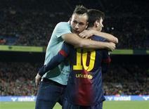 El Barcelona dio un golpe que podría resultar decisivo en la carrera por la Liga al ganar el domingo por 4-1 al segundo clasificado, el Atlético de Madrid, y aumentar su ventaja al frente de la clasificación a nueve puntos. En la imagen del 16 de diciembre, un aficionado abraza a Lionel Messi antes del partido disputado en el Camp Nou. REUTERS/Gustau Nacarino
