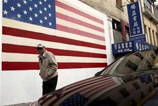 La economía de Estados Unidos se mantendrá en una senda de crecimiento moderado el próximo año en medio de un flojo gasto de los consumidores y una débil inversión empresarial, según un nuevo sondeo publicado el lunes. En la imagen del 11 de noviembre, un hombre pasa ante una bandera estadounidense en el barrio de Chinatown de San Francisco, en California. REUTERS/Robert Galbraith