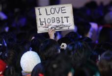 """""""El Hobbit"""" fue el gran triunfador del fin de semana, estableciendo un récord de taquilla en diciembre con 84,77 millones de dólares (unos 64,59 millones de euros) en los cines de Estados Unidos y Canadá mientras legiones de aficionados acudieron al esperado regreso a la Tierra Media. En la imagen, de 1 de diciembre, un grupo de aficionados porta una pancarta a la llegada de los protagonistas al estreno en Japón de """"El Hobbit"""". REUTERS/Issei Kato"""