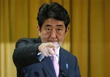 Новый премьер-министр Японии Синдзо Абэ указывает на кого-то во время пресс-конференции в Токио, 17 декабря 2012 года. Консервативный экс-премьер Синдзо Абэ получил второй шанс встать во главе Японии, после того как его партия одержала победу на выборах в воскресенье. Теперь от него требуют быстрых действий для поддержки экономики и налаживания отношений с Китаем. REUTERS/Toru Hanai