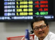 Un broker in una sala operativa a Tokyo, 17 dicembre 2012. REUTERS/Yuriko Nakao