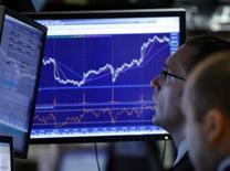 Трейдеры на торгах Нью-Йоркской фондовой биржи 2 апреля 2009 года. Экономика США продолжит умеренный рост в следующем году на фоне неблестящих потребительских расходов и слабых деловых инвестиций, свидетельствуют результаты нового исследования, опубликованные в понедельник. REUTERS/Brendan McDermid