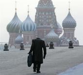 Мужчина идет по Красной площади на фоне Покровского собора морозным днем в Москве 19 января 2006 года. Рабочая неделя в российской столице будет морозной, с температурами не выше минус 13 градусов, ожидают синоптики. REUTERS/Alexander Natruskin