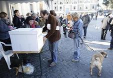 In coda a Roma per le primarie del centrosinistra, 25 novembre 2012. REUTERS/Tony Gentile