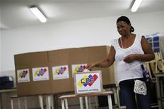 Mulher vota para governador em eleições estaduais, em Caracas. Aliados do presidente Hugo Chávez venceram as eleições em quase todos os 23 Estados da Venezuela no domingo. 16/12/2012 REUTERS/Jorge Silva