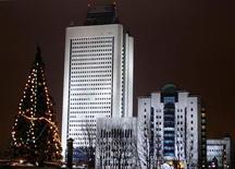 """Здание офиса компании Газпром в Москве, 21 декабря 2004 года. Нефтяная """"дочка"""" Газпрома Газпромнефть прогнозирует, что ее чистая прибыль увеличится в 2012 году до $5,7 миллиарда с $5,47 миллиарда в 2011 году, а выручка вырастет до $39,84 миллиарда с $35 миллиардов, следует из презентации компании для инвесторов. REUTERS/Sergei Karpukhin"""