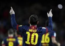 El incesante ritmo del Barcelona en lo más alto de la Liga, alimentado por un insaciable Lionel Messi, ha dejado a sus rivales más cercanos, Atlético y Real Madrid, prácticamente tirando la toalla cuando todavía queda más de media temporada por delante. En la imagen, Messi celebra un gol contra el Atlético de Madrid en Barcelona el 16 de diciembre de 2012. REUTERS/Gustau Nacarino